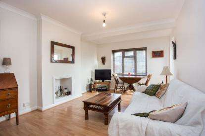 2 Bedrooms Flat for sale in Edgeworth Close, Hendon, London