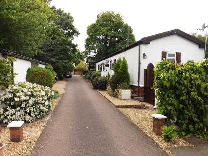 2 Bedrooms Mobile Home for sale in Stratton Park Drive, Biggleswade, Bedfordshire