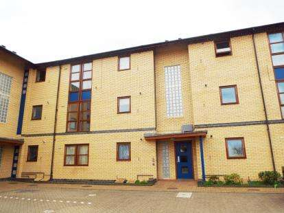 2 Bedrooms Flat for sale in Raedwald Court, Peterborough, Cambridgeshire