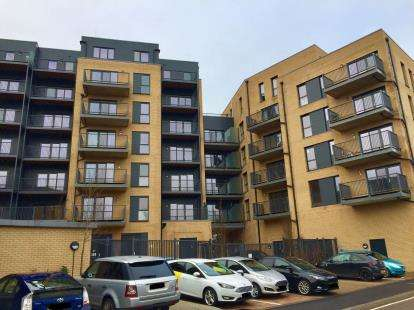 3 Bedrooms Flat for sale in Ilford