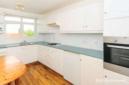 2 Bedrooms Flat for sale in Coombe House, Dalmeny Avenue, London