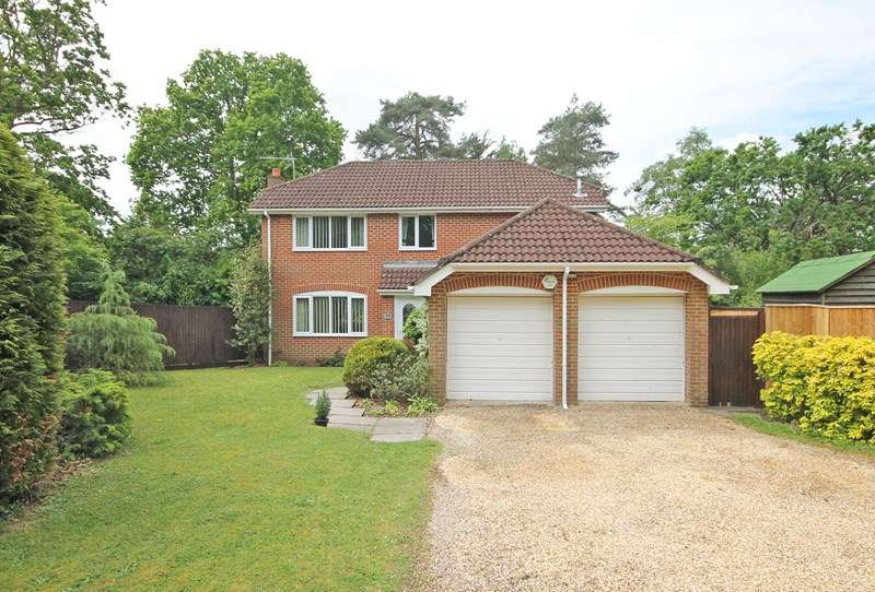 4 Bedrooms Detached House for sale in Stibbs Way, Bransgore, Christchurch