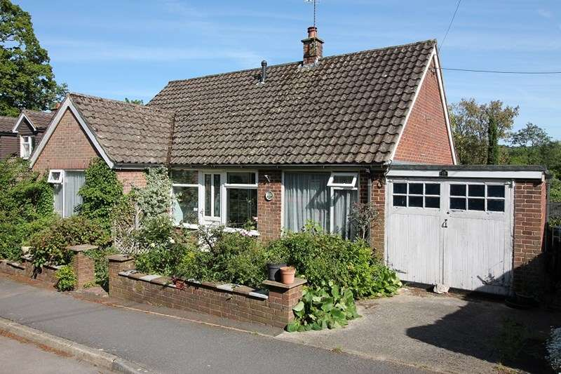 2 Bedrooms Detached Bungalow for sale in Riverside Close, Liss