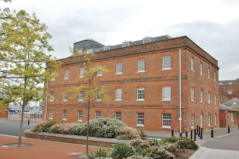 2 Bedrooms Apartment Flat for sale in Weevil Lane, Royal Clarence Yard, Gosport