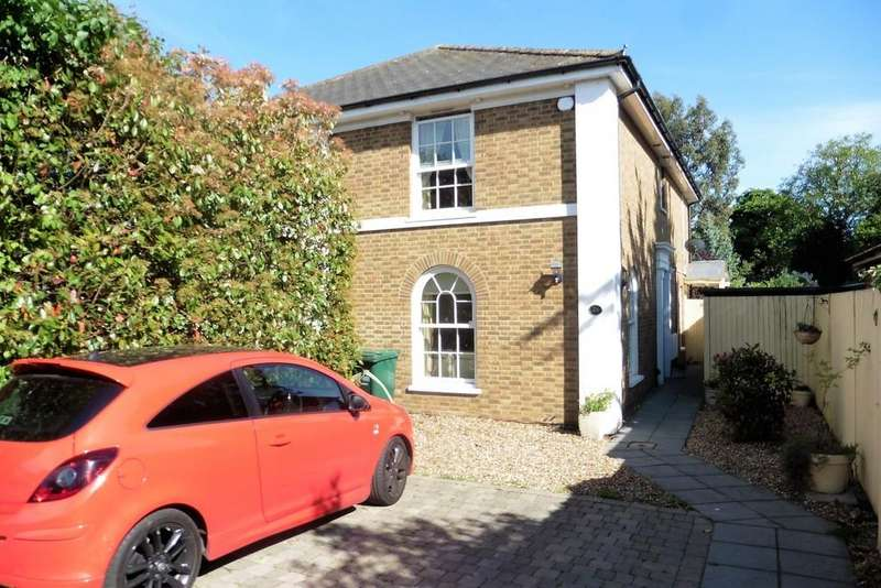 3 Bedrooms Semi Detached House for sale in Salcombe Road, Ashford, TW15