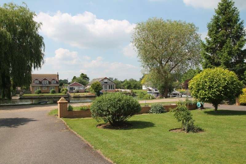2 Bedrooms Flat for sale in Halcyon Court, Thames Side, Laleham, TW18
