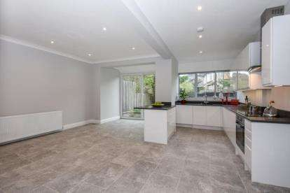 5 Bedrooms Semi Detached House for sale in The Ridgeway, Chingford, London