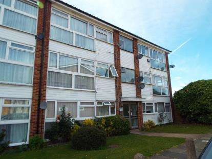 2 Bedrooms Flat for sale in Newbury Park, Ilford, Essex
