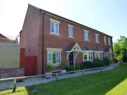 3 Bedrooms Semi Detached House for sale in Claydon Road, Daventry, Northamptonshire