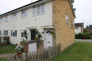 2 Bedrooms Flat for sale in Oak Tree Court, Midhurst, West Sussex
