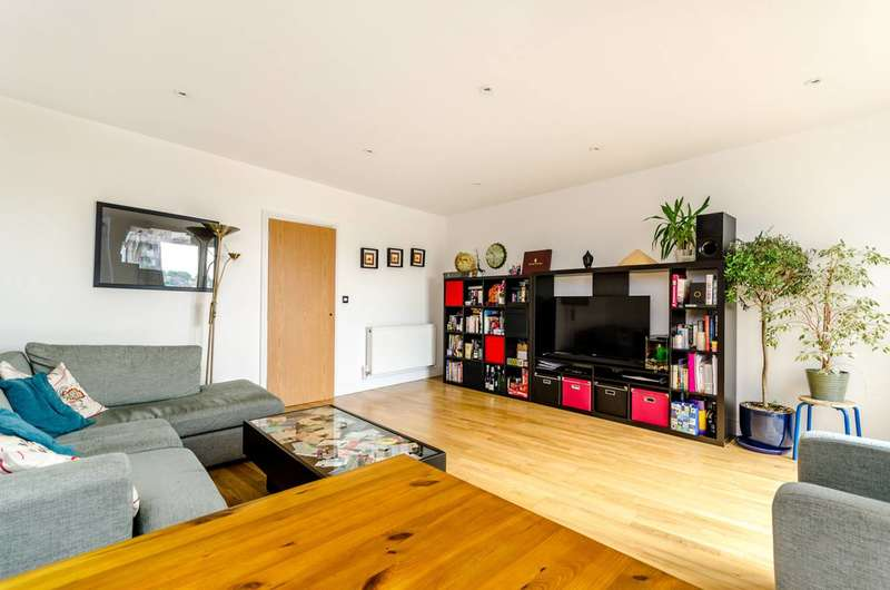 3 Bedrooms Flat for sale in Knights Hill, West Norwood, SE27