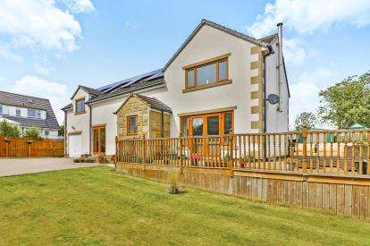 4 Bedrooms Detached House for sale in School Lane, Illingworth, Halifax, West Yorkshire