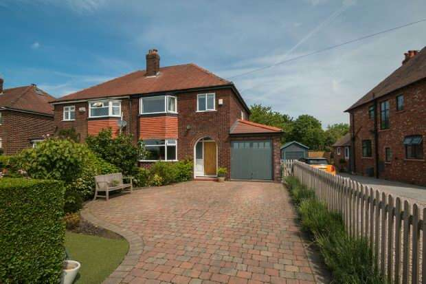 3 Bedrooms Semi Detached House for sale in Paddock Lane, Dunham Massey, Altrincham