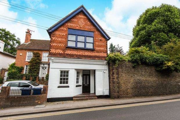 2 Bedrooms Maisonette Flat for sale in High Street, Bramley, Guildford