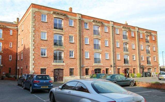 2 Bedrooms Flat for sale in Admirals Court, Bridgwater