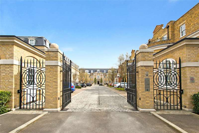 2 Bedrooms Flat for sale in Leopold Court, Princess Square, Esher, Surrey, KT10