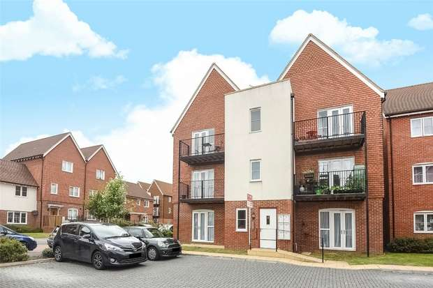 2 Bedrooms Flat for sale in Outfield Crescent, WOKINGHAM, Berkshire
