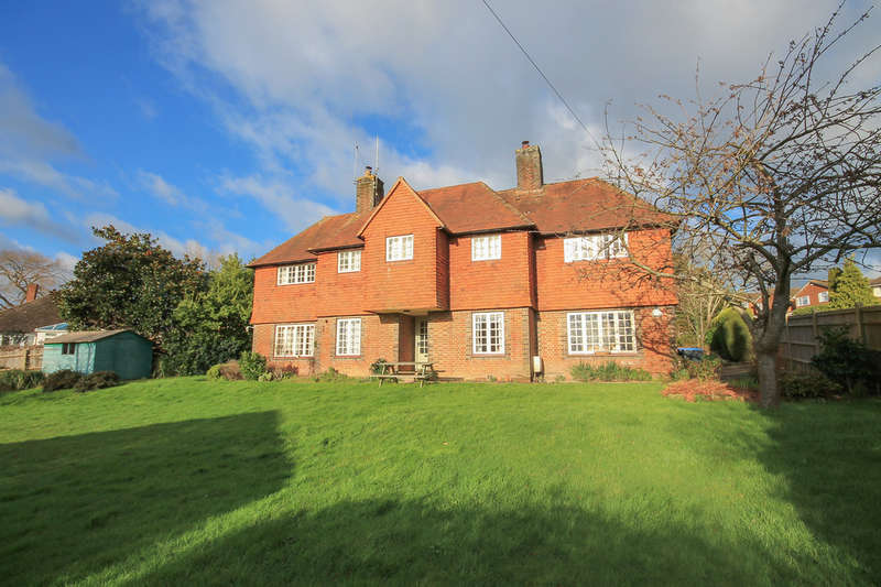 5 Bedrooms Detached House for sale in Garden House Lane, East Grinstead