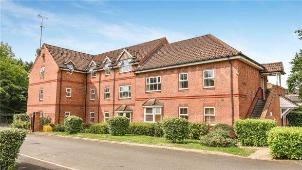 2 Bedrooms Apartment Flat for sale in Talavera Close, Crowthorne, Berkshire