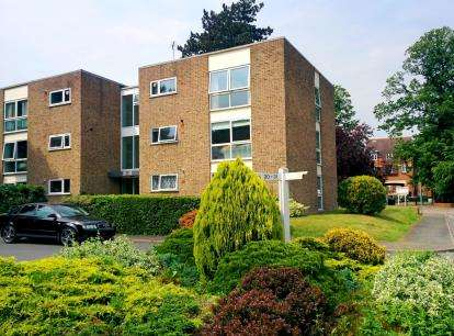 2 Bedrooms Flat for sale in The Spinney, Watford, Hertfordshire