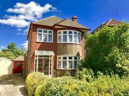 3 Bedrooms Detached House for sale in Clayhall, Ilford, Essex