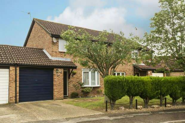 3 Bedrooms Semi Detached House for sale in Flamborough Close, Lower Earley, Reading,
