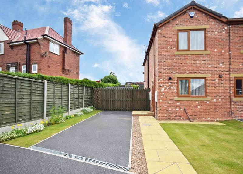 2 Bedrooms Town House for sale in Woollin Avenue, Tingley, Wakefield