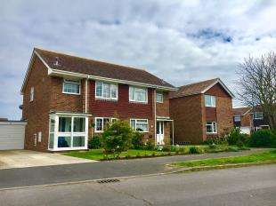 3 Bedrooms Semi Detached House for sale in Gainsborough Drive, Selsey, West Sussex