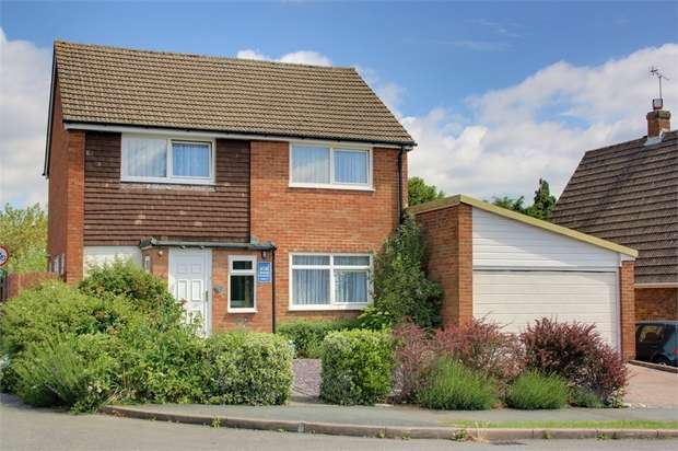 4 Bedrooms Detached House for sale in Willow Way, Farnham, Surrey