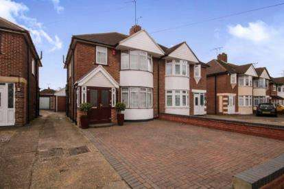 3 Bedrooms Semi Detached House for sale in Mutton Lane, Potters Bar, Hertfordshire