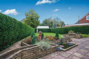 5 Bedrooms Bungalow for sale in Lone Oak, Smallfield, Horley, Surrey