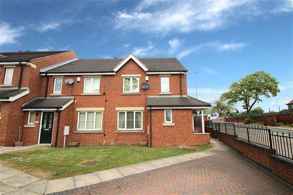 4 Bedrooms Town House for sale in Hollygarth Court, Hemsworth