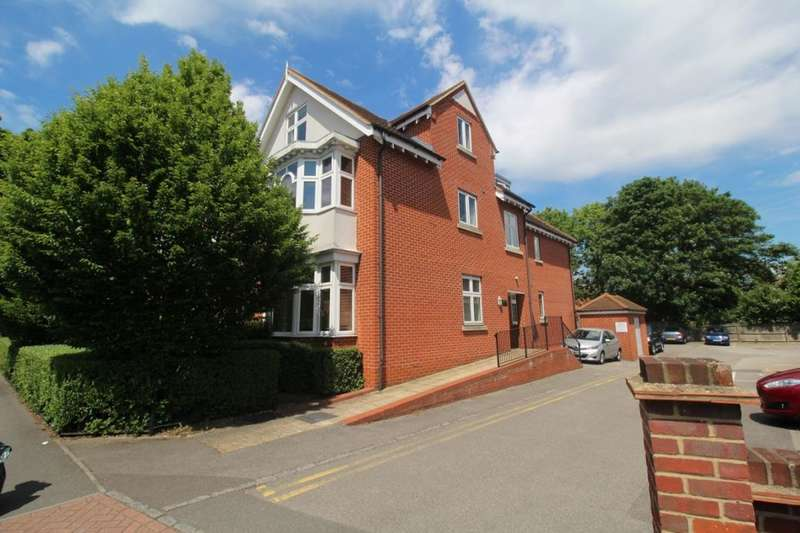 2 Bedrooms Flat for sale in The Avenue, Watford, WD17