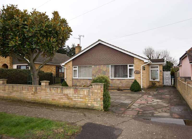 3 Bedrooms Bungalow for sale in oakleigh road, great clacton, Essex, CO15