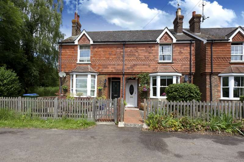 3 Bedrooms Semi Detached House for sale in Station Road, Horsham, West Sussex, RH12
