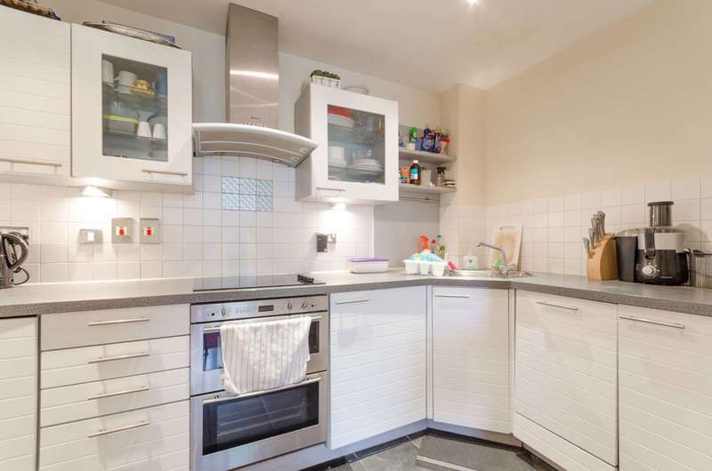 2 Bedrooms Flat for sale in Wards Wharf Approach, Royal Docks, E16