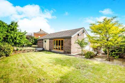 3 Bedrooms Bungalow for sale in Derwent Drive, Huddersfield, West Yorkshire, Yorkshire