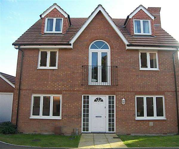 5 Bedrooms Detached House for sale in Chichester