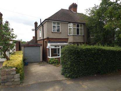 3 Bedrooms Semi Detached House for sale in Strafford Gate, Potters Bar, Hertfordshire