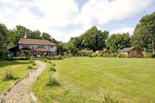 4 Bedrooms Detached House for sale in Dowlands Lane, Copthorne, West Sussex