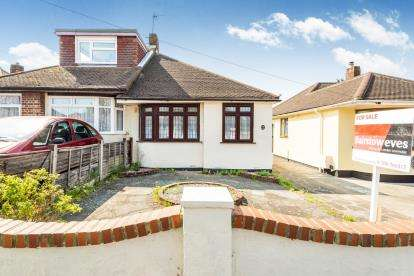 2 Bedrooms Bungalow for sale in Romford