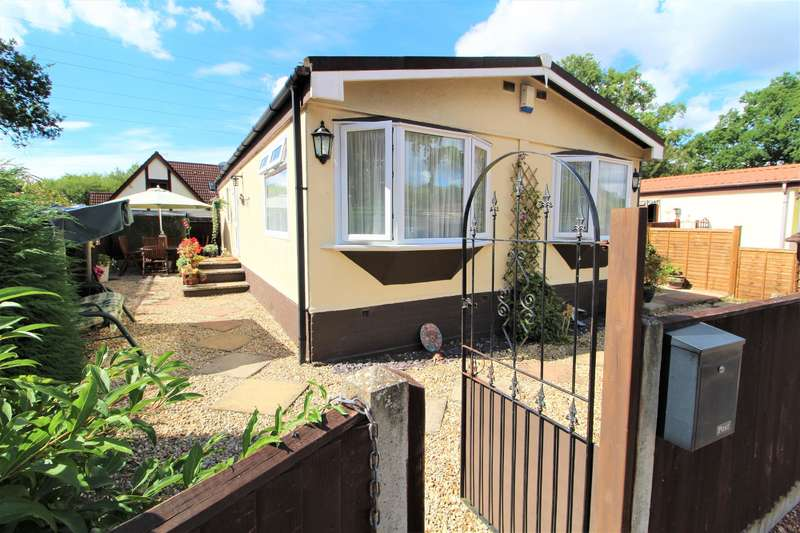 2 Bedrooms Park Home Mobile Home for sale in Park Lane, Finchampstead, Wokingham, RG40 4PY