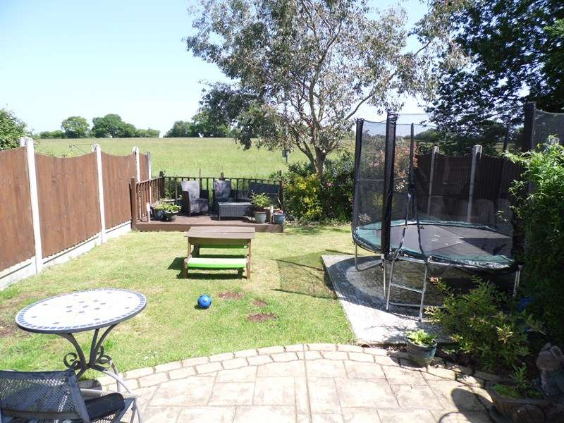 3 Bedrooms Detached House for sale in Burnham Road, Hullbridge