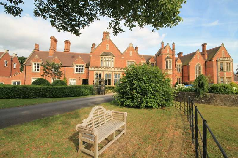 2 Bedrooms Flat for sale in The Manor House, Summers Place, Billingshurst, RH14