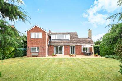 3 Bedrooms Detached House for sale in Defford Road, Pershore, Worcestershire, .