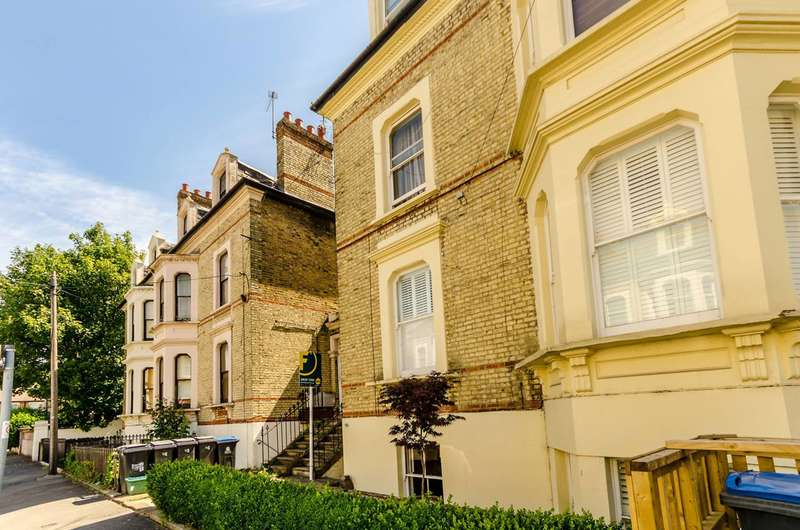 2 Bedrooms Flat for sale in North Road, Surbiton, KT6