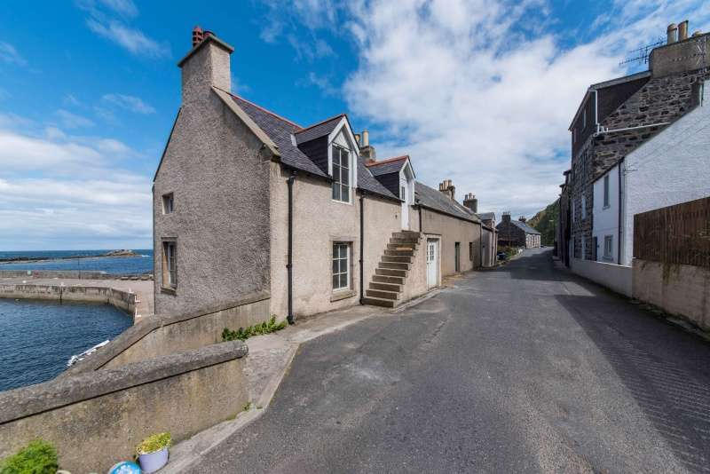 2 Bedrooms Cottage House for sale in Harbour Road, Gardenstown, Banff, Aberdeenshire, AB45 3YS