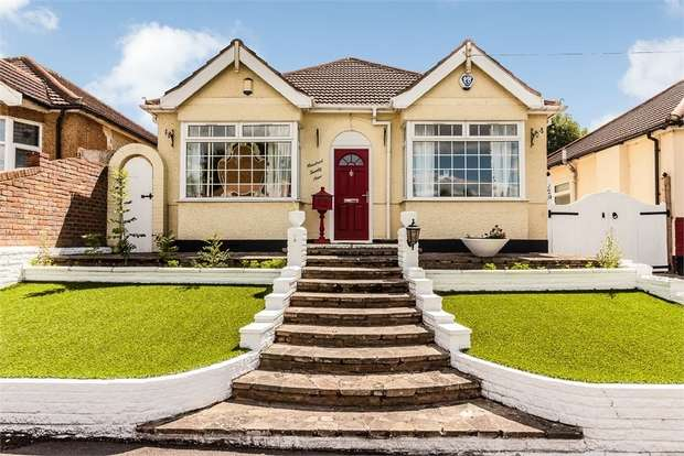 3 Bedrooms Detached Bungalow for sale in The Avenue, Hornchurch, Essex