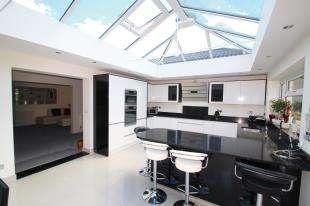 4 Bedrooms Bungalow for sale in Redehall Road, Smallfield, Horley, Surrey