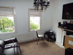 2 Bedrooms Flat for sale in Herbert Road, London